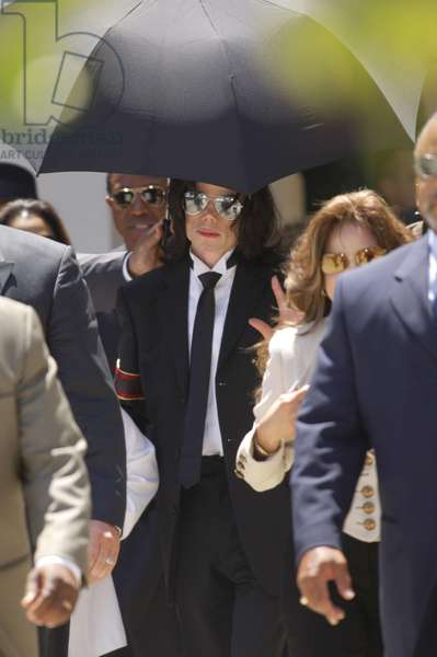 Michael Jackson at court appearance for Michael Jackson trial for child molestation, Santa Barbara County Courthouse, Santa Maria, CA, Monday, June 13, 2005 (photo)