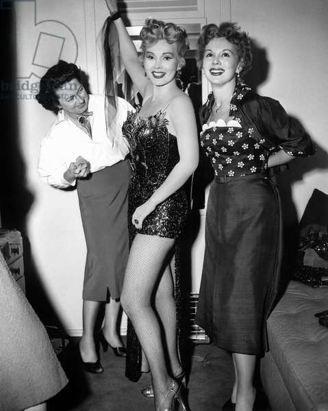 Zsa Zsa Gabor et sa soeur Eva: LILI, from left: Edith Wilson applies body makeup to Zsa Zsa Gabor while sister Eva Gabor visits in her dressing room, 1953