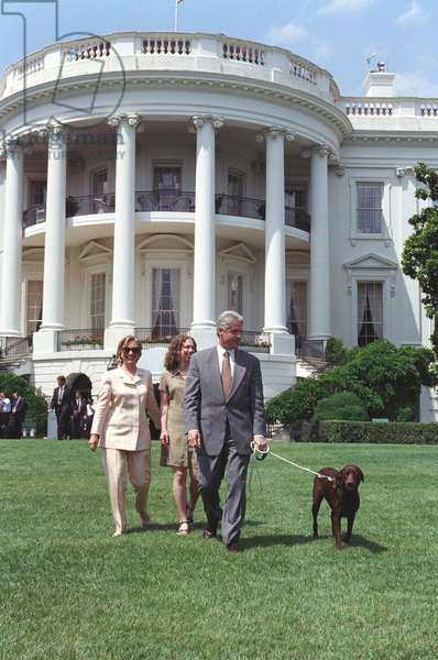 Bill Clinton, Hillary et Chelsea Clinton: President Bill Clinton, Hillary and Chelsea Clinton, and Buddy the Dog on the South Lawn. July 24, 1998. (BSLOC_2015_2_206)