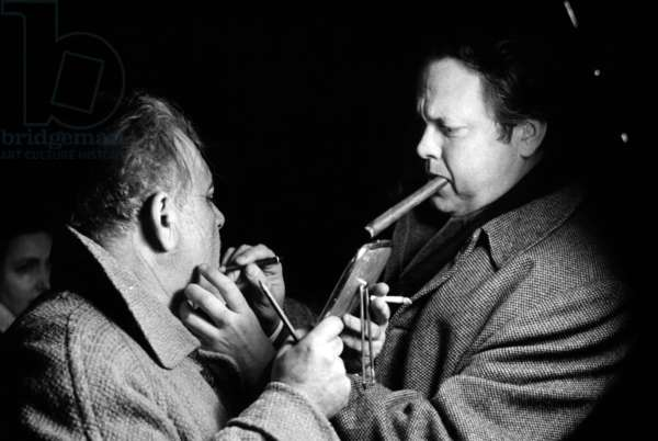 La Soif du mal: TOUCH OF EVIL, Orson Welles and Akim Tamiroff applying character makeup on set, 1958