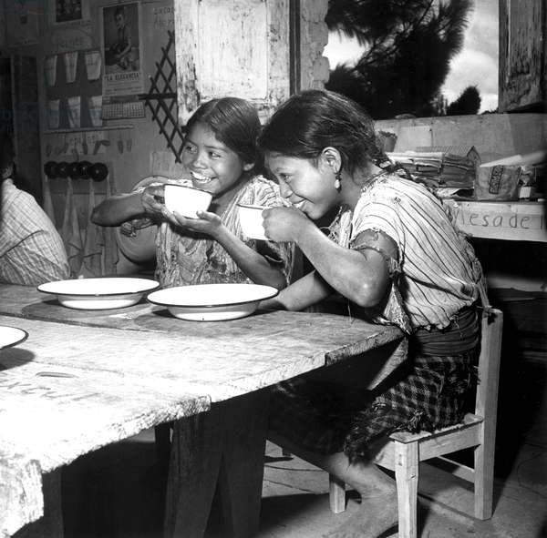 Ecole du Guatemala: Children from a rural school nesar Lake Atitlan, in Guatemala, are shown enjoying their daily ration of milk, supplied by UNICEF. 1953.. Courtesy: CSU Archives / Everett Collection