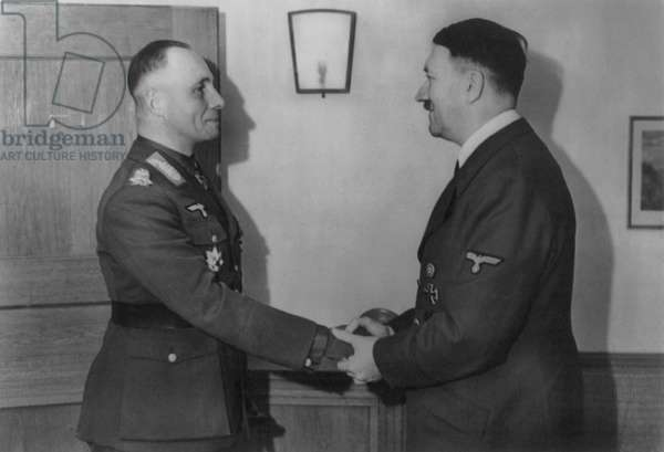 Adolf Hitler et Erwin Rommel: Adolf Hitler, shaking hands with General Erwin Rommel, March 1943. On March 9, 1943 when Rommel left North African fighting for reasons of health, the German armies were on the brink of defeat by Allied forces in Tunisia. World War 2. (BSLOC_2014_8_160)