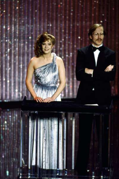 Kathleen Turner presenting with William Hurt at the Academy Awards, 1982