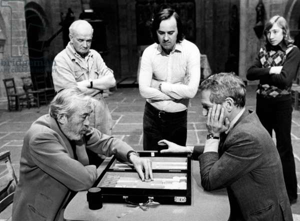 Le Piege: THE MACKINTOSH MAN, actor/director John Huston (lower left), Paul Newman (lower right), on-set, 1973