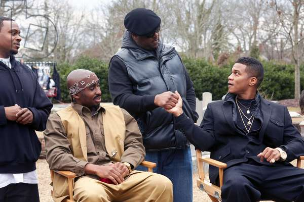 All Eyez on Me de Benny Boom: ALL EYEZ ON ME, seated from left: Demetrius Shipp Jr. as Tupac Shakur, Cory Hardrict, center standing: Jamal Woolard as Biggie, 2017. ph: Quantrell Colbert / © Lionsgate /Courtesy Everett Collection