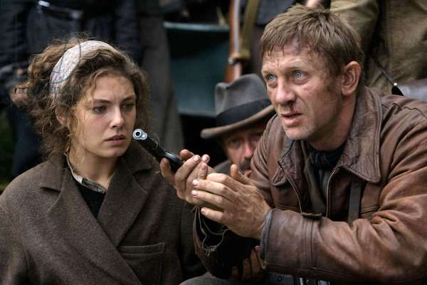 Les Insurges: DEFIANCE, from left: Alexa Davalos, Daniel Craig, 2008. ©Paramount Vantage/Courtesy Everett Collection