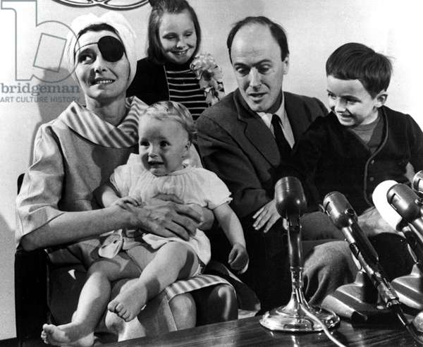 Stroke survivor PATRICIA NEAL poses with her family for a press conference, [L-R]: NEAL, OPHELIA DAHL, TESSA DAHL, ROALD DAHL, THEO DAHL, 1965