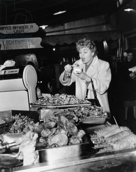 Shelley Winters: THE RAGING TIDE, Shelley Winters, taking time out from shooting to lunch at San Francisco's Fisherman's Wharf, 1951