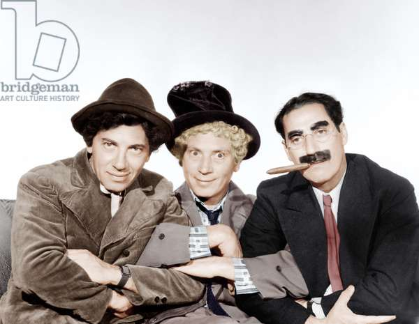 Une Nuit a l'Opera: A NIGHT AT THE OPERA, from left: Chico Marx, Harpo Marx, Groucho Marx [The Marx Brothers], 1935