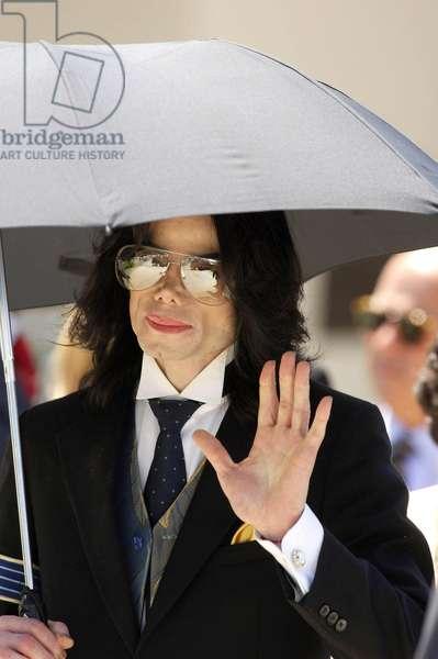 Michael Jackson at court appearance for Michael Jackson trial for child molestation, Santa Barbara County Courthouse, Santa Maria, CA, June 1, 2005 (photo)