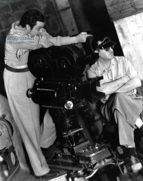 CITIZEN KANE, Orson Welles directing a scene, cinematographer Gregg Toland sits by the camera, 1941