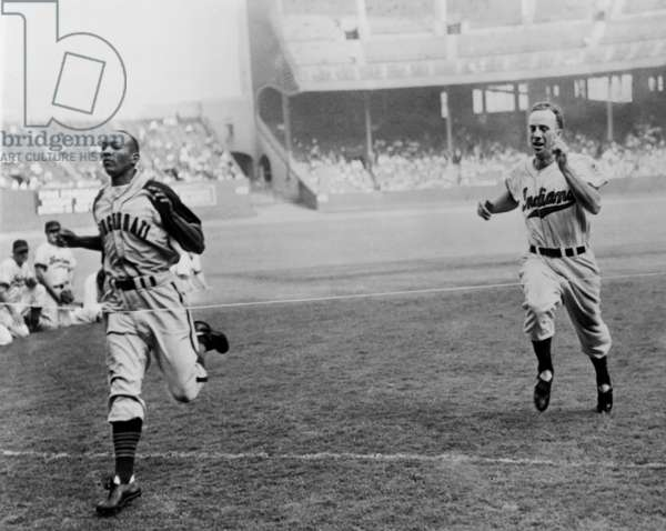 Jesse Owens beating baseball player George Case in 100-yard dash at Cleveland Stadium. Cash was baseball's faster player, and Jesse was the 1936 Olympic running champion. 1946.
