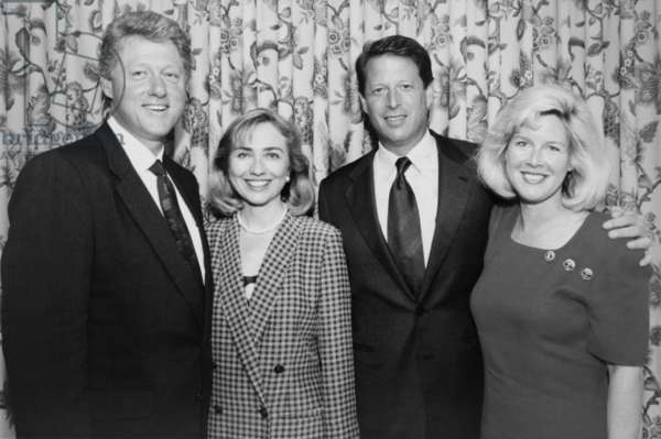 Bill et Hillary Clinton: 1992 Democratic nominees for President and Vice President with their wives. L-R: Future President Bill and Hillary Clinton; Future Vice-President Albert Gore, Jr. and Tipper Gore. (BSLOC_2015_2_184)