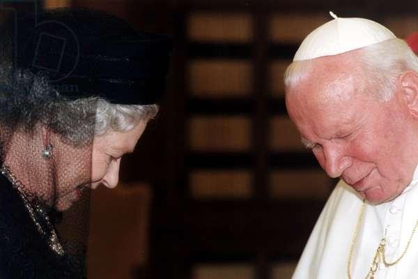 Queen Elizabeth II and Pope John Paul II, 2000 (photo)