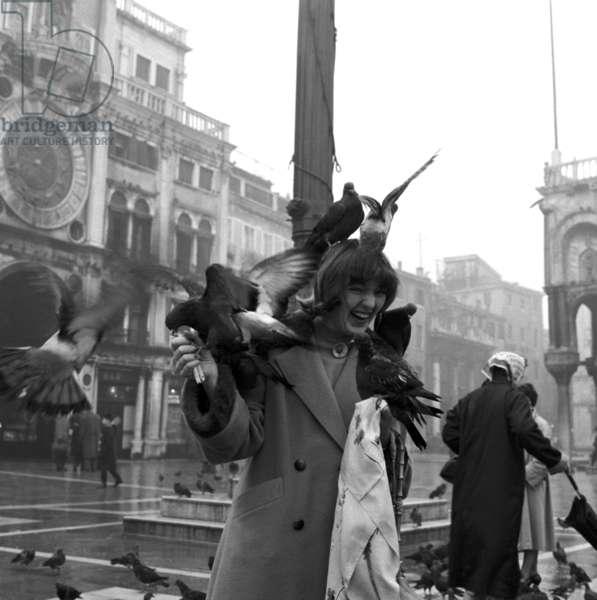 """Venezia, 1955. Piazza San Marco con piccioni. Reportage per """"Epoca"""": Le ragazze d' Italia."""