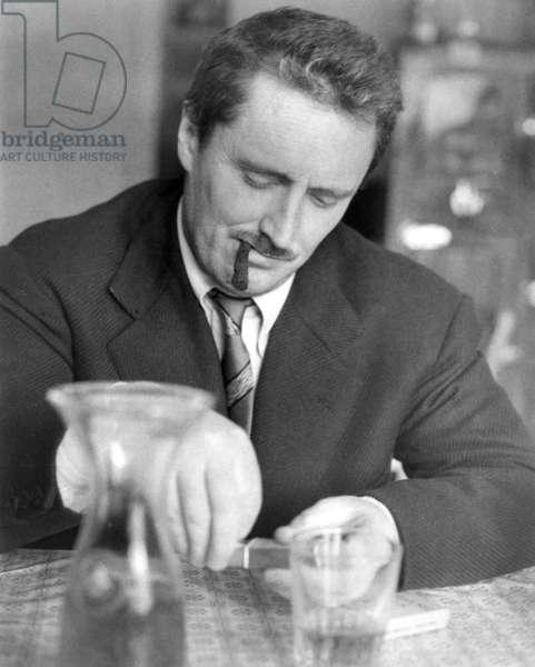 Roma, 1956. Il regista Pietro Germi, maestro del neorealismo italiano, al tavolo di un'osteria
