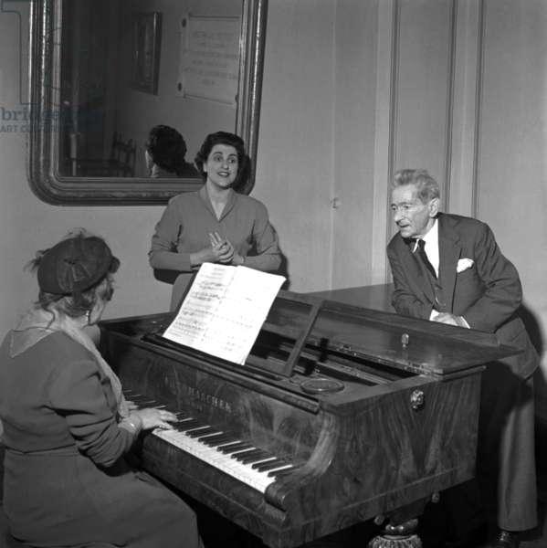 Milano, 1954. La casa di riposo per musicisti Fondazione Giuseppe Verdi. Anziani ospiti la pianoforte