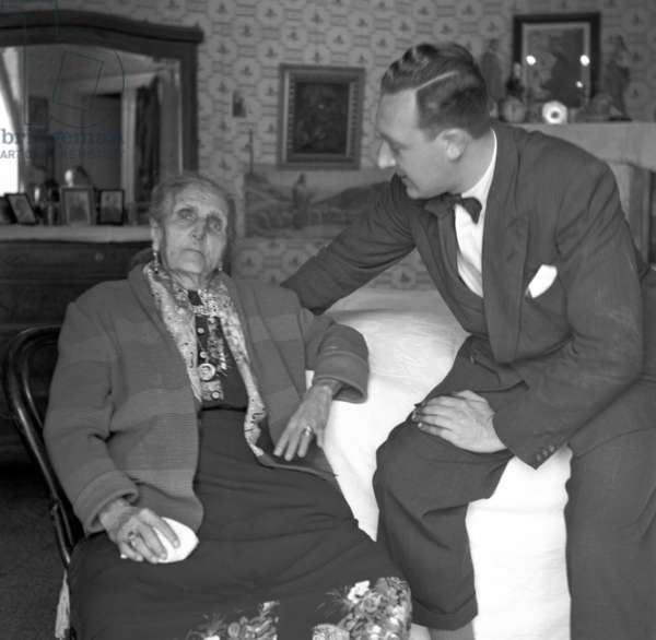Naples, May 1952. Zi' Teresa, owner of the restaurant of the same name, with Federico Garolla