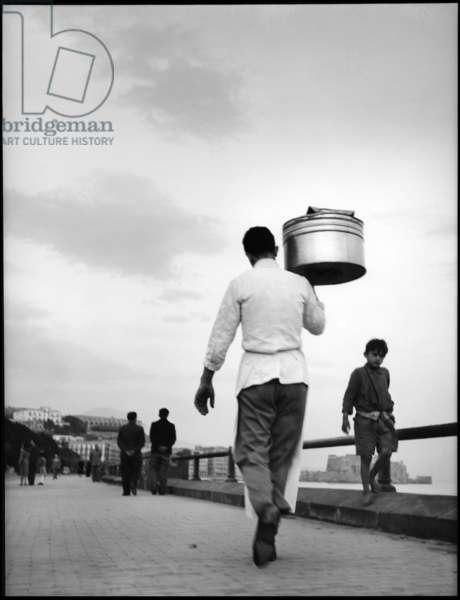 Naples, 1952. Delivery of pizza in via Caracciolo