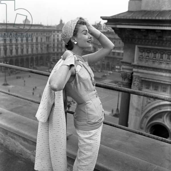 Fashion: Tania Modelli Spring/Summer collection, worn by Harriette Jones in the Piazza Duomo, Milan, Italy, 1955 (b/w photo)