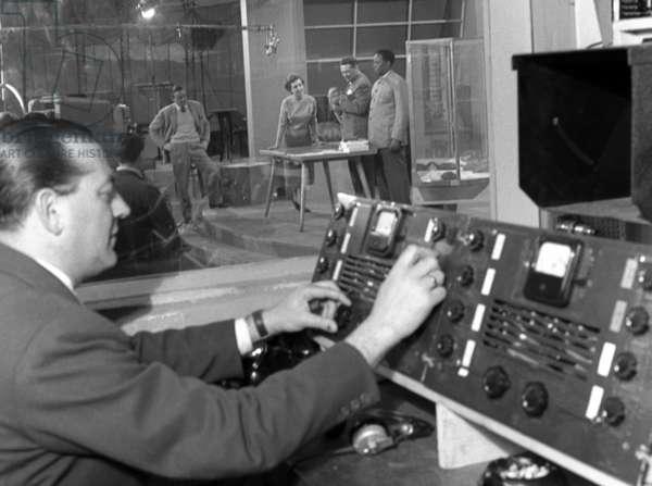 """Roma, aprile 1956. Angelo Lombardi conduce """"L'amico degli animali"""" con Bianca Maria Piccinino e Andalu'. Inchiesta sulla TV per l' """"Europeo""""."""