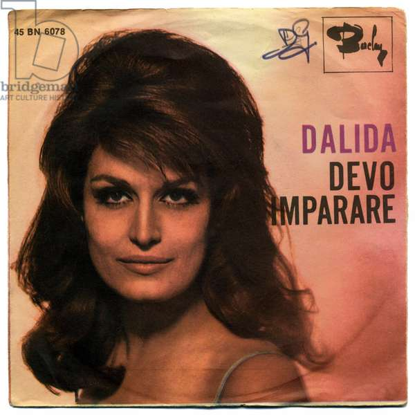 """Cover of the 45 laps of the album """""""" Devo imparare """""""" by singer Dalida (1933-1987), 1965. This document must be published in its entirety"""