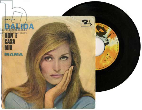 """Cover of the 45 laps of the album """""""" Non e casa mia """""""" and """""""" Mama """""""" by singer Dalida (1933-1987), 1967. This document must be published in its entirety."""