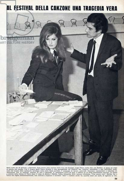 """Newspaper page announcing the suicide of Italian singer Luigi Tenco (1938-1967), here with his companion Dalida. Weekly """""""" Tempo """""""", 1967."""