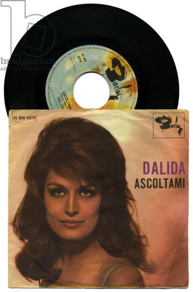 """Cover of the 45 laps of the album """""""" Ascoltami """""""" by singer Dalida (1933-1987), 1965. The disc cover must be published in its entirety."""