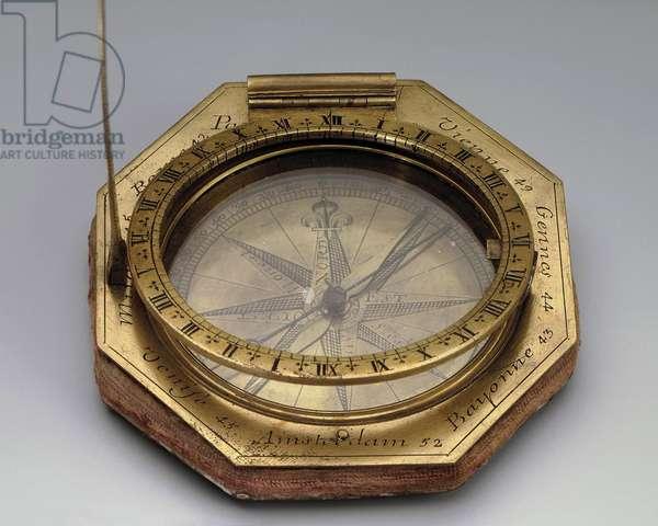 Cadran solaire universel de Nicolas Bion (1653-1733) Fin 17e debut 18e Laiton grave, acier, verre H. 8,6 ; L. 8,1 cm State Hermitage, St Petersburg