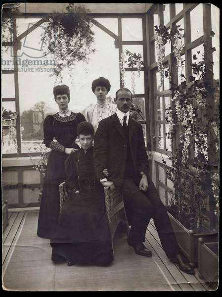 Dagmar de Danemark (1847-1928) - Michel Alexandrovitch de Russie (1878-1918) - Alexandra of Denmark (1844-1925) et princesse Victoria - Dowager Empress Maria Fyodorovna (Feodorovna), Grand Duke Michael Alexandrovich, Queen Alexandra of Great Britain and Princess Victoria, Anonymous. Photograph, , Private Collection