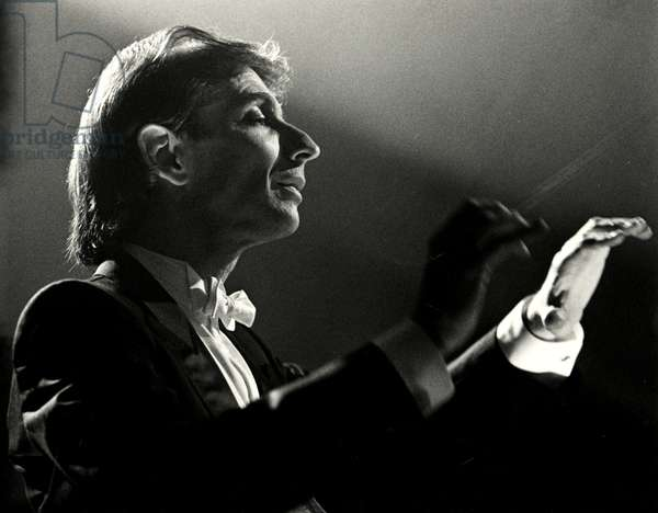 Thomas, Michael Tilson conducting with baton in concert dress, 1993