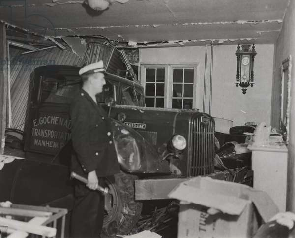 Autocar truck - The Uninvited, Morrisville, PA, 8th December, 1947 (b/w photo)