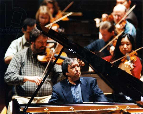 Murray Perahia playing piano