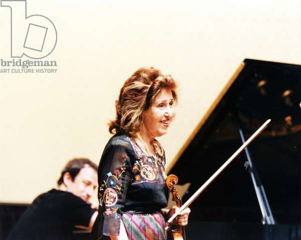 Ida Haendel holding violin