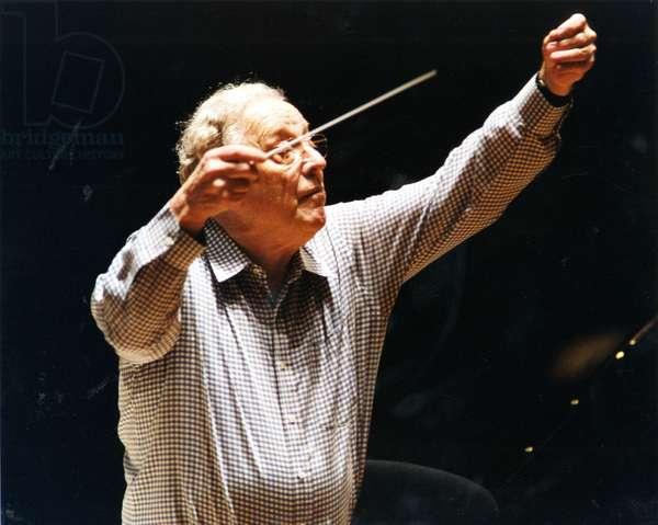 Charles Mackerras conducting with
