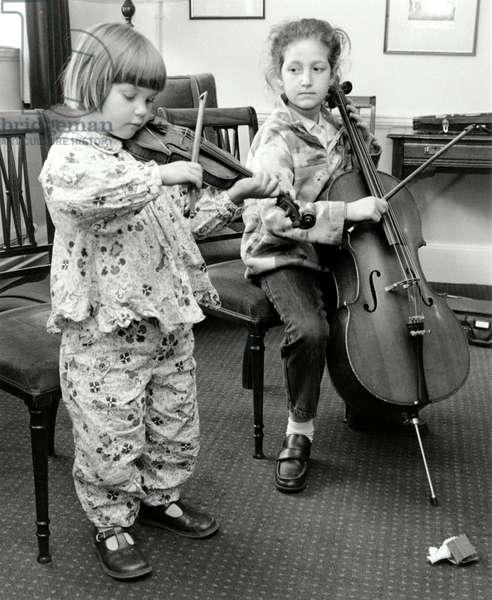 2 girls playing VIOLIN