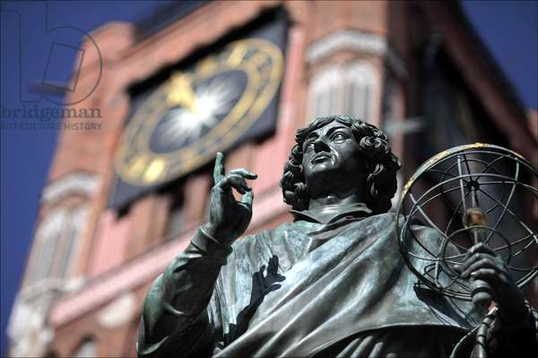Torun, city in central Poland, bronze Statue of Nicolaus Copernicus (Nicolas Copernicus) at the Old Town Market Square. presented in 1857. background: Town Hall tower. City by rivers Vistula and Drweca Kuyavian-Pomeranian Province 2009