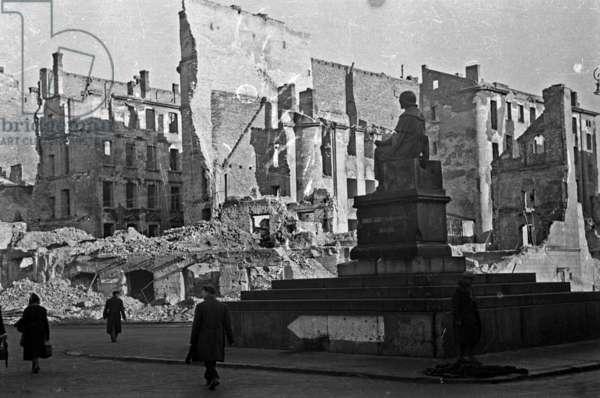 Warsaw 1946 r. Pomnik Mikolaja Kopernika.