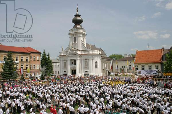 Wadowice, town in Souther Poland, 50km from Cracow, the birthplace of pope John Paul II. 86th aniiversary of pope's birthday. Holy mass on the main square, held by cardinal Stanislaw Dziwisz. background: Virgin Mary's Offertory minor basilica Lesser Poland Province, 18.05.2006
