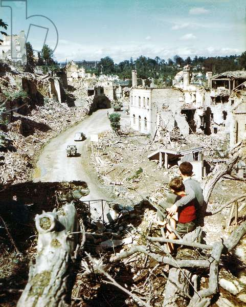 Two children watching an American Army jeep driving through the ruins of Saint-Lo, August 1944 (photo)