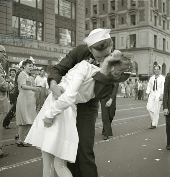 Kissing the War Goodbye, 14th August 1945 (b/w photo)