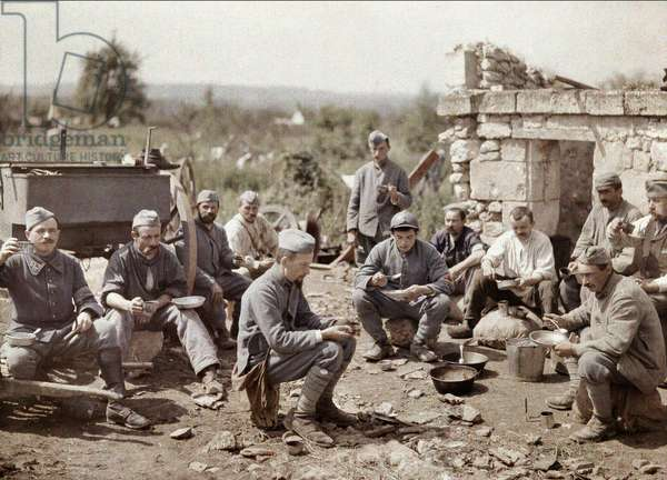 French soldiers of the 370th Infantry Regiment eating soup during the battle of the Aisne, France, 1917 (autochrome)