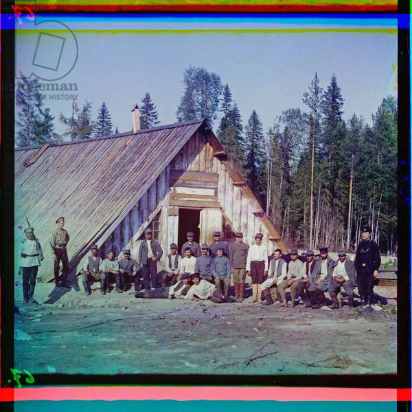 Austrian prisoners of war before their barracks in Karelia after the failed winter offensive, Russia, 1915 (photo)