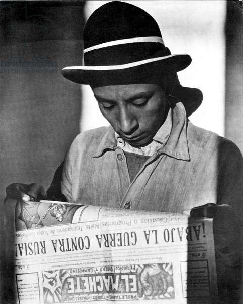Worker reading El Machete, Mexico City, 1925 (b/w photo)