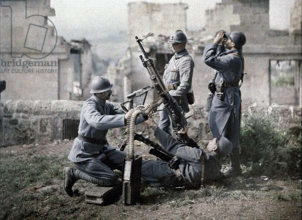 A French section of machine gunners has taken position in the ruins during the battle of the Aisne, France, 1917 (autochrome)