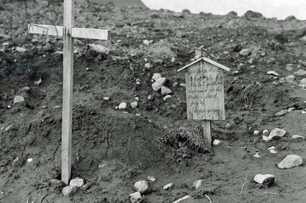 After Allied troops had landed on Kiska Island, this grave marker was discovered in a small graveyard amid the bombed-out ruins, Alaska, USA, August 1943 (b/w photo)
