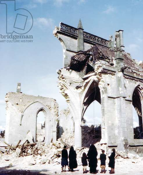 A Catholic nun and two women with children standing in front of the ruins of the bombed Eglise Saint-Malo in Valognes, Brittany, July 1944 (photo)