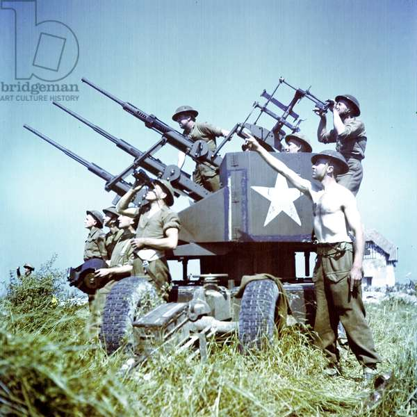 Soldiers of the 3rd Canadian Infantry Division with anti-aircraft guns on Juno Beach where they landed on D-Day, 6th June 1944 (photo)