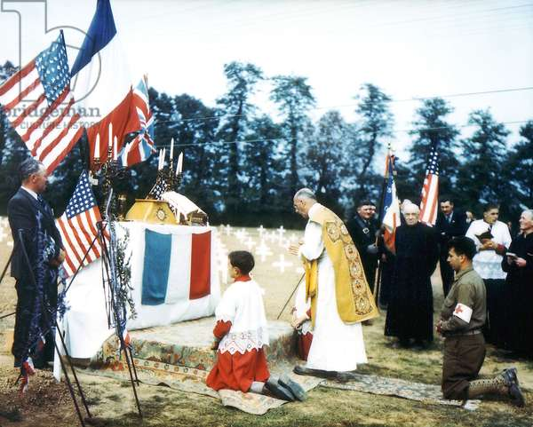 A Catholic priest performs a religious ceremony at the Normandy American Cemetery, Colleville-sur-Mer, July 1944 (photo)